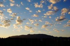 Σύννεφα ουρανού και τα βουνά Sandia του Νέου Μεξικό στοκ εικόνες