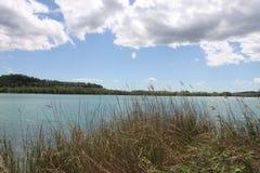 Σύννεφα, ουρανός και η ακτή της λίμνης στοκ εικόνες