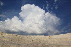 Σύννεφα, ουρανός και Pamukkale Hieropolis στοκ εικόνες