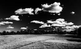 Σύννεφα πέρα από ένα λιβάδι στο εθνικό πεδίο μάχη Antietam, Μέρυλαντ Στοκ Εικόνες