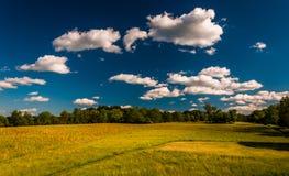 Σύννεφα πέρα από ένα λιβάδι στο εθνικό πεδίο μάχη Antietam Στοκ Εικόνες