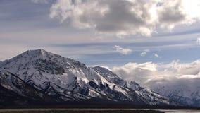 Σύννεφα πέρα από καλυμμένα τα χιόνι βουνά απόθεμα βίντεο