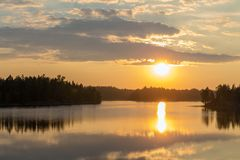 Σύννεφα πέρα από μια δασική λίμνη Στοκ Φωτογραφίες