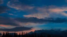 Σύννεφα πέρα από τα βουνά, χρονικό σφάλμα, 4k απόθεμα βίντεο