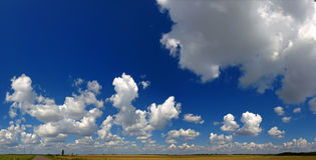 Σύννεφα πέρα από τα πεδία Στοκ εικόνες με δικαίωμα ελεύθερης χρήσης