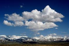 Σύννεφα πέρα από τα χιονώδη ροδοκόκκινα βουνά Στοκ φωτογραφία με δικαίωμα ελεύθερης χρήσης