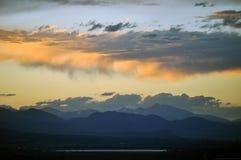 Σύννεφα πέρα από τα δύσκολα βουνά Στοκ Φωτογραφία