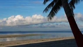 Σύννεφα πέρα από την άσπρη παραλία 02 άμμου χρονικό σφάλμα απόθεμα βίντεο