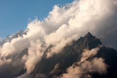 Σύννεφα πέρα από την αιχμή Langtang Lirung στοκ εικόνες