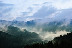 Σύννεφα πέρα από την κοιλάδα βουνών στοκ φωτογραφία με δικαίωμα ελεύθερης χρήσης