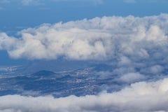 Σύννεφα πέρα από την κοιλάδα και το δάσος Στοκ Εικόνα