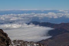 Σύννεφα πέρα από την κοιλάδα και το δάσος Στοκ φωτογραφία με δικαίωμα ελεύθερης χρήσης