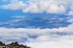 Σύννεφα πέρα από την κοιλάδα και το δάσος Στοκ φωτογραφίες με δικαίωμα ελεύθερης χρήσης