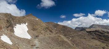 Σύννεφα πέρα από την κορυφογραμμή βουνών στην οροσειρά Νεβάδα, Γρανάδα στοκ εικόνες