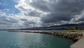 Σύννεφα πέρα από την πόλη Rethymno Στοκ φωτογραφία με δικαίωμα ελεύθερης χρήσης