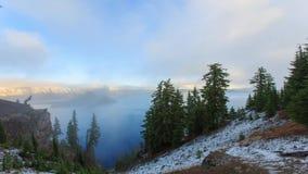 Σύννεφα πέρα από τη λίμνη κρατήρων απόθεμα βίντεο