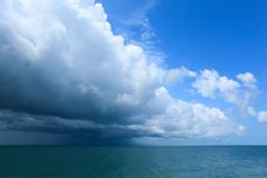 σύννεφα πέρα από τη θάλασσα στοκ φωτογραφία με δικαίωμα ελεύθερης χρήσης
