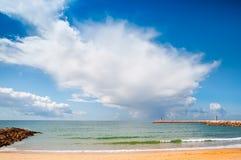 σύννεφα πέρα από τη θάλασσα quarteira της Πορτογαλίας Στοκ Εικόνα