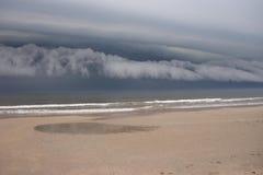 σύννεφα πέρα από τη θύελλα παραλιών Στοκ Εικόνες