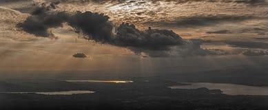 Σύννεφα πέρα από τις λίμνες με τις ηλιαχτίδες Στοκ φωτογραφία με δικαίωμα ελεύθερης χρήσης