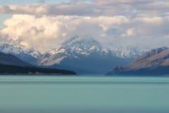 Σύννεφα πέρα από τις νότιες Άλπεις, λίμνη Tekapo, Νέα Ζηλανδία Στοκ Φωτογραφία
