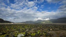 Σύννεφα πέρα από τις χαμηλές Mossy πέτρες παλίρροιας απόθεμα βίντεο