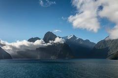 Σύννεφα πέρα από τον ήχο Milford, Νέα Ζηλανδία Στοκ Εικόνα