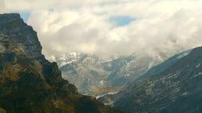 Σύννεφα πέρα από τους απότομους βράχους και τα βουνά φαραγγιών βράχου φιλμ μικρού μήκους