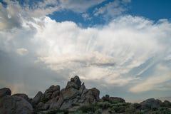 σύννεφα πέρα από τους βράχους Στοκ εικόνα με δικαίωμα ελεύθερης χρήσης