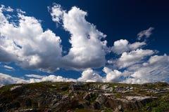 σύννεφα πέρα από τους βράχο&up Στοκ Εικόνες
