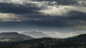 Σύννεφα πέρα από τους λόφους στο χρονικό σφάλμα της βόρειας Ουαλίας απόθεμα βίντεο