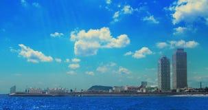 Σύννεφα πέρα από τους ουρανοξύστες στην παραλία Timelapse των άσπρων σύννεφων πέρα από την μπλε θάλασσα απόθεμα βίντεο