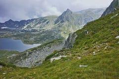 Σύννεφα πέρα από το δίδυμο και τις Trefoil λίμνες, οι επτά λίμνες Rila Στοκ εικόνα με δικαίωμα ελεύθερης χρήσης