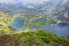 Σύννεφα πέρα από το δίδυμο, Trefoil, τα ψάρια και τις ανώτερες λίμνες, οι επτά λίμνες Rila Στοκ εικόνες με δικαίωμα ελεύθερης χρήσης