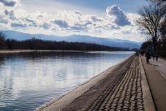 Σύννεφα πέρα από το νερό Στοκ Φωτογραφίες