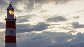 Σύννεφα πέρα από το φάρο στο δύσκολο τροπικό νησί timelapse φιλμ μικρού μήκους