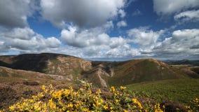 Σύννεφα πέρα από το φυσικό υψίπεδο στα τέλη του καλοκαιριού φιλμ μικρού μήκους