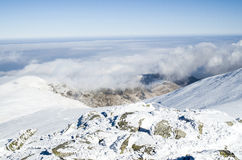 Σύννεφα πέρα από το χειμερινό βουνό χιονιού, Βουλγαρία Στοκ Εικόνες