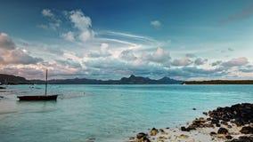 Σύννεφα πέρα από το δύσκολο τροπικό νησί παραδείσου timelapse φιλμ μικρού μήκους