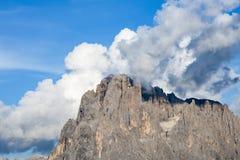 Σύννεφα πίσω από τις αιχμές Dolomites Alpe Di Siusi, νότιο Τύρολο Στοκ Εικόνα