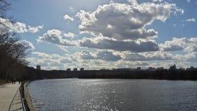 Σύννεφα & ποταμός Στοκ φωτογραφίες με δικαίωμα ελεύθερης χρήσης