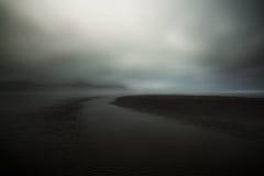 Σύννεφα που αιωρούνται στην ακτή στοκ φωτογραφίες με δικαίωμα ελεύθερης χρήσης