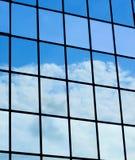 Σύννεφα που αντανακλώνται στο σύγχρονο κτήριο Στοκ Φωτογραφία