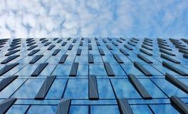 Σύννεφα που απεικονίζονται στα παράθυρα του σύγχρονου κτιρίου γραφείων στοκ φωτογραφία με δικαίωμα ελεύθερης χρήσης