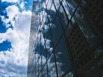 Σύννεφα που απεικονίζουν σε ένα κτήριο γυαλιού στοκ εικόνες με δικαίωμα ελεύθερης χρήσης