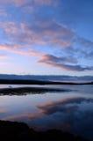 Σύννεφα που απεικονίζουν στη λίμνη Dunvegan στη Σκωτία Στοκ Εικόνα