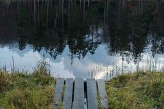 Σύννεφα που απεικονίζουν στη λίμνη Στοκ φωτογραφία με δικαίωμα ελεύθερης χρήσης