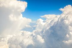 Σύννεφα που είναι ορατά από το παράθυρο αεροπλάνων Πτήση στα σύννεφα ή πέρα από τα σύννεφα Στοκ φωτογραφία με δικαίωμα ελεύθερης χρήσης