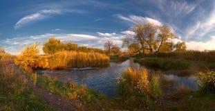 σύννεφα που εξισώνουν το μεγαλοπρεπή ποταμό Στοκ φωτογραφίες με δικαίωμα ελεύθερης χρήσης