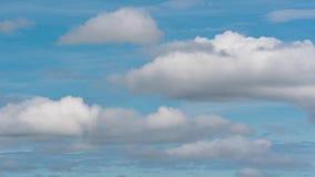 Σύννεφα που επιπλέουν πέρα από το θερινό μπλε ουρανό στην καιρική αλλαγή Χρονικό σφάλμα φιλμ μικρού μήκους